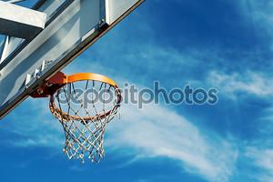 Баскетбол Хооп agaist голубое небо