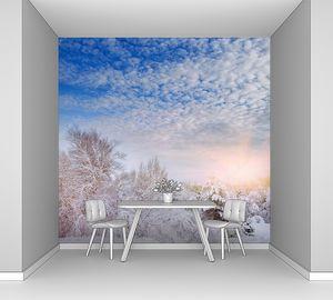 Новогодняя елка в зимнем лесу. Зимний пейзаж со снежными деревьями. Деревья покрыты инеем и снегом. Прекрасный зимний пейзаж. Ветка заснеженного дерева. Зимний фон .