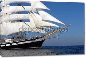 Парусный корабль на фоне моря