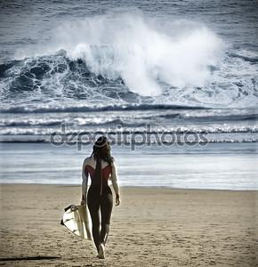 Серфер женщина