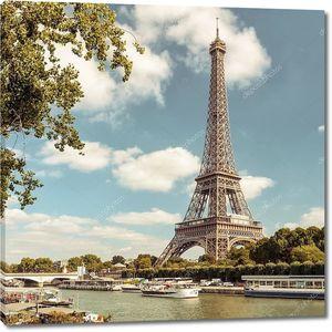 Эйфелева башня от реки Сены в Париже