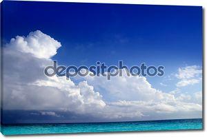 Аква Карибского моря облаков в горизонте голубое небо