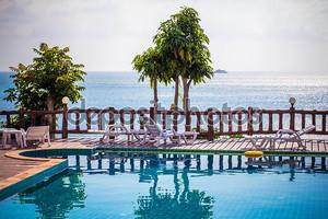 Курортный тропический бассейн с видом на море. Ко Панган