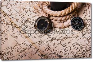 Старые, старинные карты и три компаса. Подзорная труба с веревкой. Справочная информация