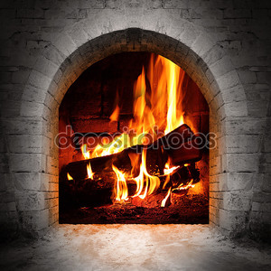 старинный камин с журналами горения.