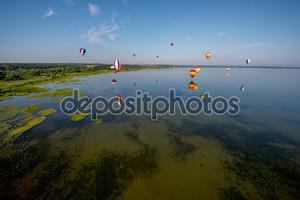 Красочный воздушные шары над водой