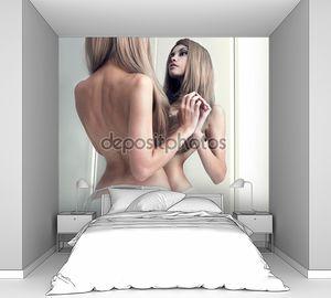 Обольстительная девочка в зеркале
