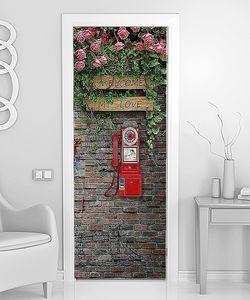 Телефон на старой кирпичной стене