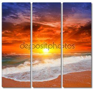 Закат на море с волнами