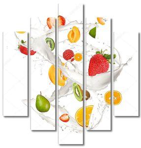 Различные виды фруктов в молоке