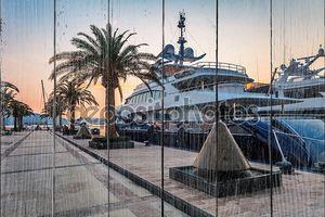 Парусные яхты в Марине на закате.