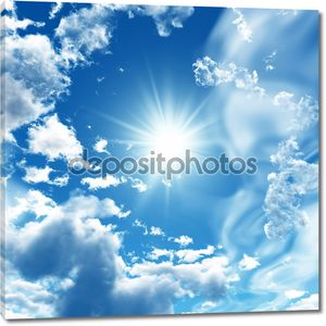 Синее небо с облаками и солнце