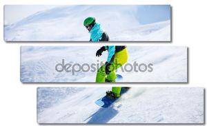 Сноубордист скольжения вниз по склону в Солнечный день