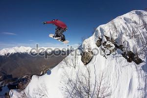 Сноубордист прыгает с горы