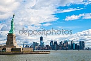 Статуя свободы и Манхэттен небоскребов, Нью-Йорк Сити. США