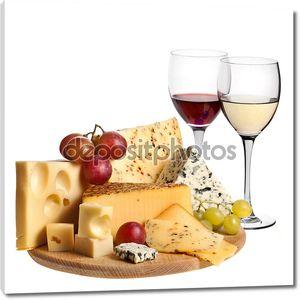 Виноградное вино с изоляцией сыр на белом фоне