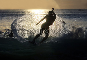 Серфер на закате