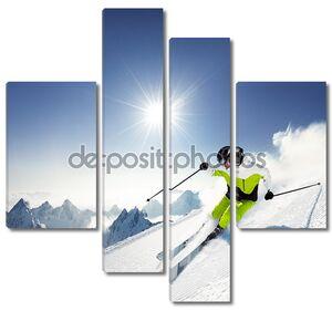 Лыжник в горах на трассе