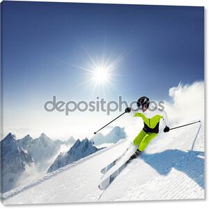 Лыжник в горах, подготовленных трасс и Солнечный день