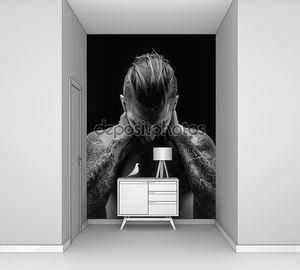 Человек с голым торсом и татуировок.