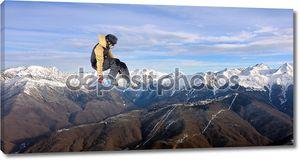 Выполняющий трюк сноубордист
