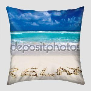 Пляж с надписью на песке