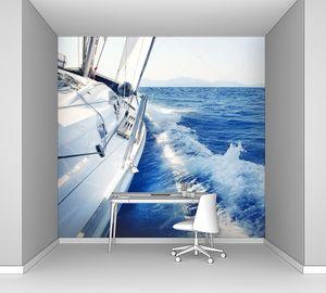 Яхта на быстрых волнах