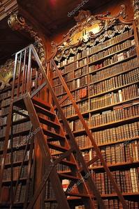 Старые книги в старой библиотеке