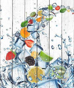 Свежие фрукты в плеск воды с кубиками льда