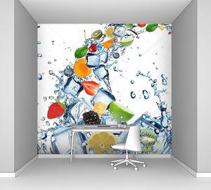 Свежие фрукты и всплеск воды с кубиками льда