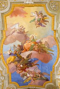 Вена, Австрия - 17 февраля 2014: Девы Марии на небесах. Фреска над пресвитерией на потолке церковь в стиле барокко st. annes, Даниэль Гран с 1751 года