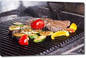 Большой сочный стейк с овощами, приготовленные на гриле