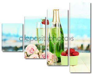романтический Натюрморт с шампанского, клубники и розовых роз, на светлом фоне