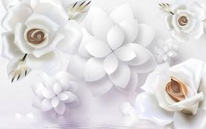 Белые розы и бумажные цветы, отраженные в воде