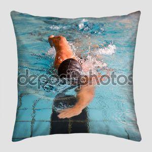 человек плавает стиль передней обхода в бассейне