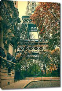 Эйфелева башня в осеннем Париже