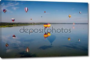 Множество воздушных шаров над озером