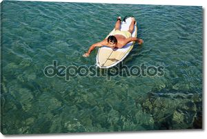 Человек, наслаждаясь серфинга в чистой голубой воде