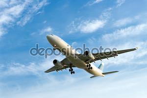 Самолет на фоне неба