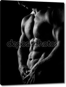 Сильный спортивная(ый) человек на темном фоне