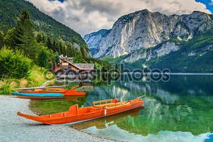 Эллинг и деревянные лодки на озере, Альтаусзее, Зальцкаммергут, Австрия