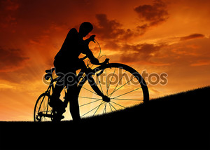 Силуэт велосипедиста на закате