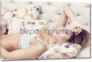 Женщина, лежа в постели