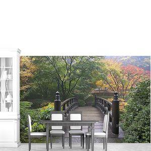Деревянный мост на японский сад осенью