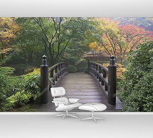 Деревянный мост в японском саду