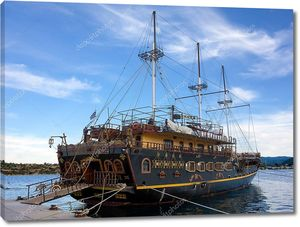 8 октября 2017 года - Оранипанагиас, Ситония, Греция - буксирное судно для туристов в гавани Оранипанагиас, Ситония, Греция
