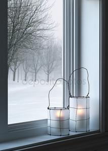 уютный фонарями и зимний пейзаж видел через окно