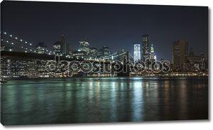 Нью-Йорк на фоне линии горизонта w Бруклинский мост и башня свободы