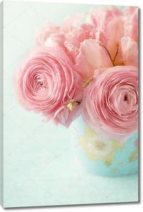 Розовые цветы в голубой вазе