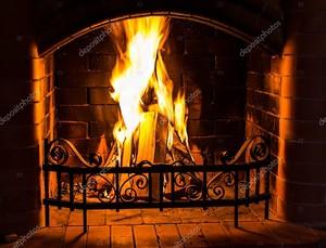 В камине горит домашний огонь